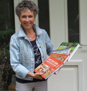 Rineke Dijkinga met boeken