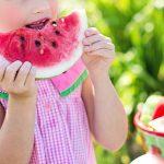 Kind eet watermeloen